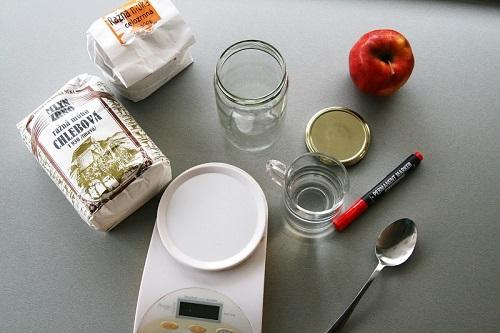 K zalozeniu materskeho kvasku potrebujeme: raznu celozrnnu muku, raznu chlebovu muku, jablko, fixu, 2lyzice, zavaraninovy pohar (od uhoriek ci medu), vodu