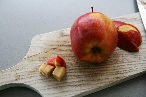 pridáme 3 - 4 kúsky jablka bez jadierok