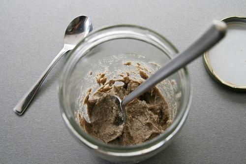 po 12 hodinách opäť pridáme 25 g ražnej celozrnnej múky a 30 g vody POZOR! lyžicu od kvásku očistíme druhou lyžičkou, nie prstom, aby sa zamedzilo preneseniu neželaných bakterií do kvásku