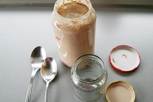 Do malého zatváracieho pohára odoberieme 2 PL z vypestovaného kvásku. mame materský kvások. skladujeme ho v chladničke, kde bez kŕmenia vydrží do 7 dní. ostatok vysušíme, zmrazíme alebo do 7 dní spotrebujeme podľa receptov v knihách Kváskovanie 1,2,3 :)