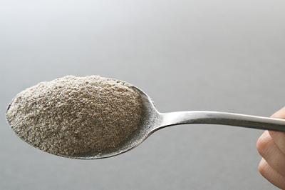 do zaváraninového pohára dáme 25 g ražnej celozrnnej muky